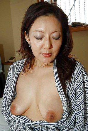 Nude Asian Mom